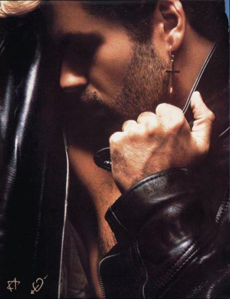 """<p>¿Quién no se acuerda de este tema y del <strong>sexy George Michael con esa barbita de varios días</strong>? Sólo tienes que escuchar la letra para darte cuenta de que es la canción perfecta si lo que quieres es tener sexo con él: <i>""""It's natural. It's chemical (let's do it). It's logical. Habitual (can we do it?). It's sensual. But most of all… <strong>Sex is something we should do. Sex I something for me and you""""</strong></i>. Estamos seguras de que captará el mensaje.</p>"""