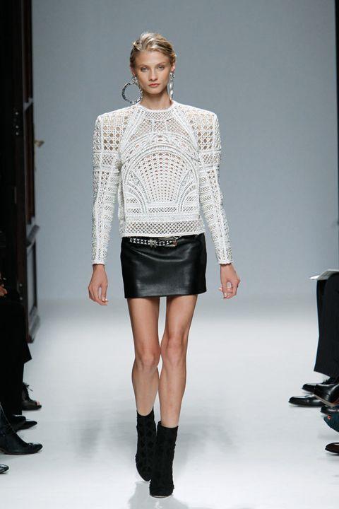 <p>Mini falda de cuero con top de punto y hombreras XXL de <strong>Balmain</strong>.&nbsp;</p>