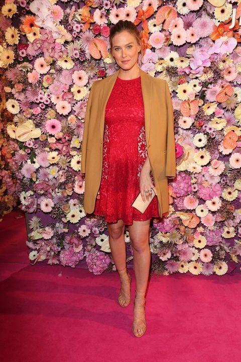 <p>La top &nbsp;aprovechó la gala de los People Style Awards celebrada en Múnich para presumir de embarazo con este minivestido rojo de encaje. Lo combinó con blazer en color camel y accesorios nude.&nbsp;</p>