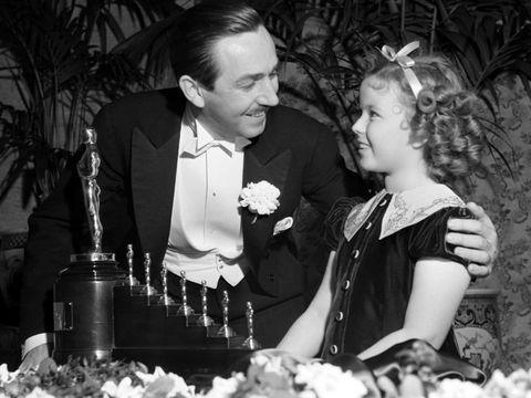 <p><strong>Walt Disney</strong> ha sido el único afortunado que ha recibido una estatuilla peculiar... Fue en 1939, por la película 'Blancanieves y los siete enanitos'. Haciendo gala al nombre, este premio honorífico fue entregado en forma de ocho estatuillas... Curioso, ¿no? &nbsp;</p>