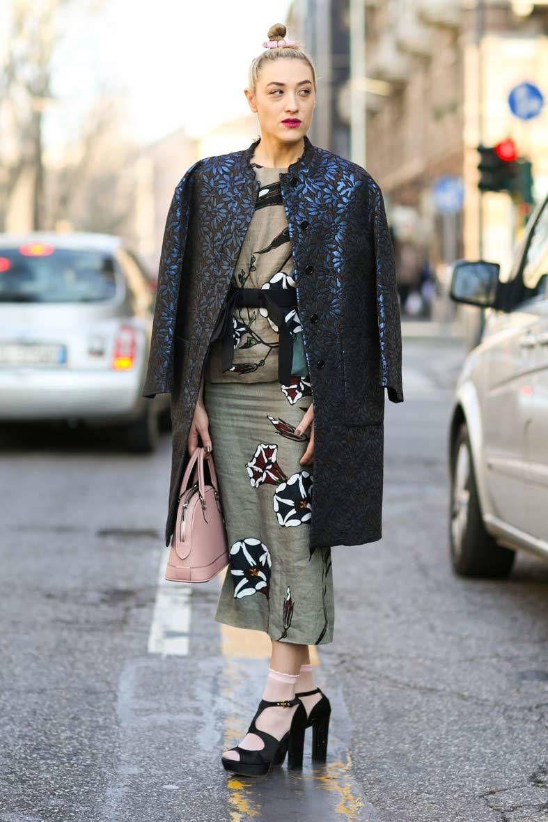 <p>Traje de falda tubo y top con 'print' gemométrico y 'trench' en azul marino con detalles metalizados.</p>