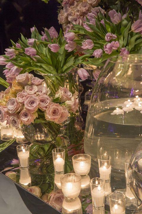 <p>Rosas y tulipanes rosas añadían color y glamour al ambiente. Obra de los artistas florales de <strong>Floreale</strong>.</p><p>&nbsp;</p>