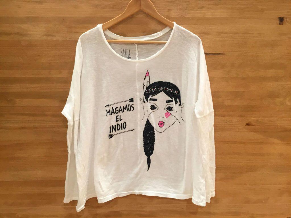 """<p>Camiseta """"Hagamos el indio"""", de<strong>Sanla</strong>(32,90 €).</p>"""