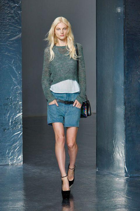 <p><strong>Oliver Theyskens</strong> propone integrar el jersey mini en un outfit con toques sport.</p>