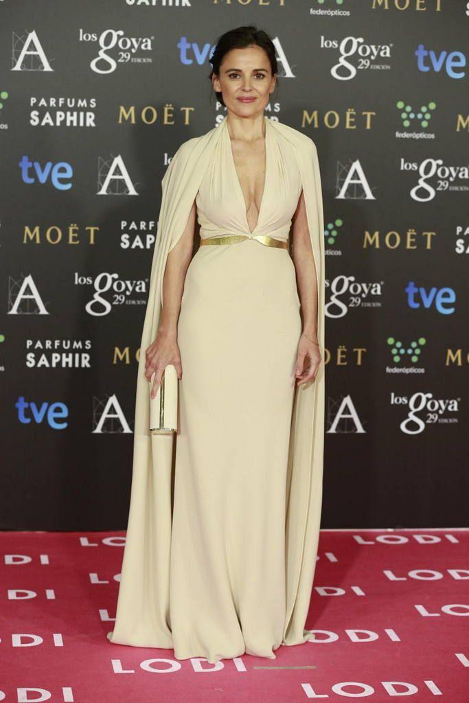 <p>Elena Anaya optó por un tono nude de Sibila y con un clutch blanco para esta edición de los premios Goya.</p>