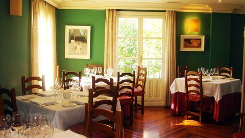 <p>Considerado uno de los mejores asadores de España, la cocina de<strong> Esther Álvarez</strong> y <strong>Tomás Fernández</strong> te enloquecerá. Las croquetas de ibérico, el guiso de pochas frescas con almejas y el sabroso chuletón a la parrilla son increíbles. En cuanto a los vinos, recuerda que te encuentras en pleno corazón de La Rioja... &nbsp;</p><p>(Plaza Félix Azpilicueta, 1, Fuenmayor, &nbsp;tel. 941 45 00 44. <strong>Precio medio:</strong> 50 €).</p>