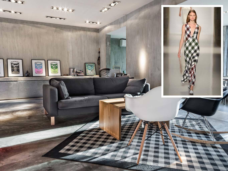 <p> Victoria Beckham firma este precioso vestido largo en blanco y negro. Si quieres darle el mismo toque a tu casa, fíjate en este<br />loft de diseño en Bangkok. La alfombra reproduce el mismo motivo y se combina con muebles de diseño, como las clásicas Eames chair, de Vitra. Desde 72 €/ noche.</p>