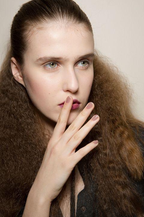 <p>Belleza natural con protagonismo en labios coloreados un tono más oscuro del natural y manicura nude en&nbsp;<strong>Olympia Le Tan.</strong></p>