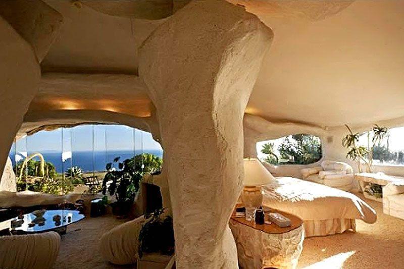 <p>La vivienda al completo tiene el aspecto de una caverna, y está construida con pocos tabiques de separación, es casi un loft.</p>