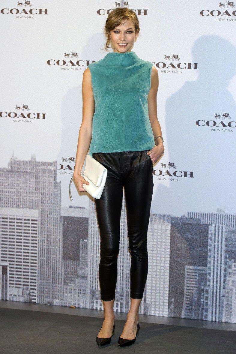 <p>La modelo estadounidense <strong>Karlie Kloss</strong>,como actual rostro de <strong>Coach</strong>, llevó un total look de la fima en la inaugración de su primera tienda en España. Pantalones de cuero, top de terciopelo en tono turquesa, salones con tacón midi y cartera blanca fueron las claves de su look.&nbsp&#x3B;</p>