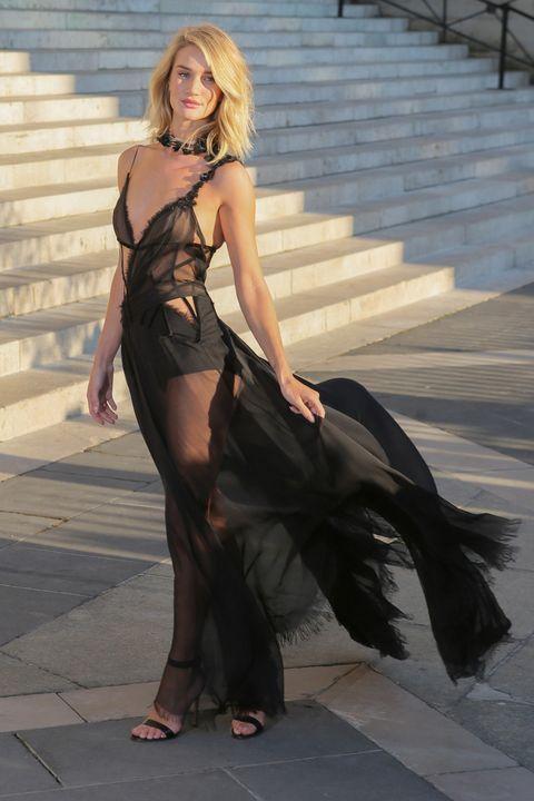 <p>Pura sensualidad<strong> Rosie Huntington-Whiteley</strong> con un vestido largo en negro con transparencias en el desfile de Alta Costura de&nbsp;<strong>Versace</strong>.</p>