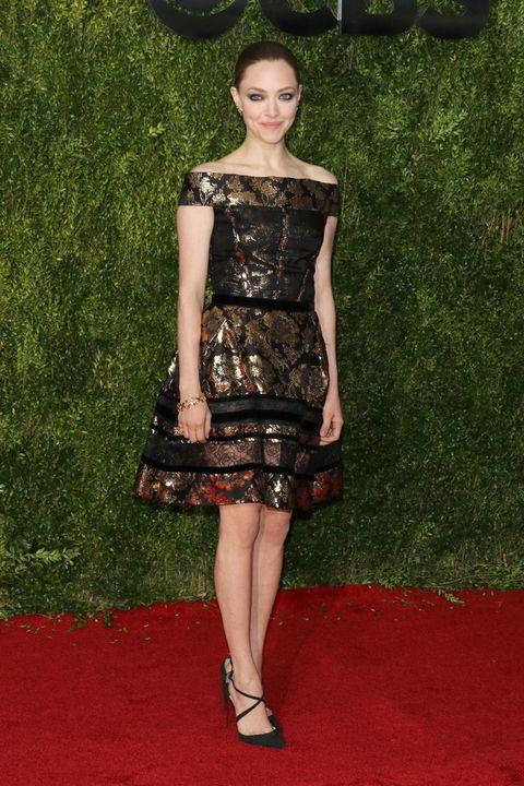 <p>De corto vimos a <strong>Amanda Seyfried</strong> con un vestido brocado en dorado y negro de <strong>Oscar de la Renta</strong>, zapatos de<strong> Christian Louboutin</strong> y joyas de <strong>Tiffany &amp; Co</strong>.</p><p>&nbsp;</p>
