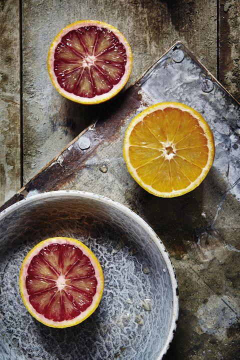 <p>El calor es lo que produce que las bacterias de la fruta o la verdura mueran, pero sus propiedades positivas (como las vitaminas o minerales), también. Así, el <i>cold pressed</i>&nbsp;o prensado en frío, que consiste en aplastar y machacar al máximo el producto hasta que todo el líquido salga, &quot;es la forma más respetuosa de extraer el jugo, ya que no incrementa en ningún momento la temperatura del producto&quot;, añade Juanjo. Otra forma de extraer lo mejor de la materia prima es el prensado por &quot;sistema de tornillo infinito&quot;.</p><p>&nbsp;</p>