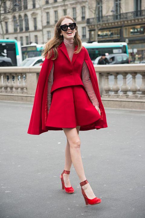 <p>La bloguera, al más puro estilo Caperucita roja renovada, también ha abanderado el sello<strong> Delpozo</strong> en sus infinitos posados para los fotógrafos de Street Style de todo el mundo.&nbsp;</p>
