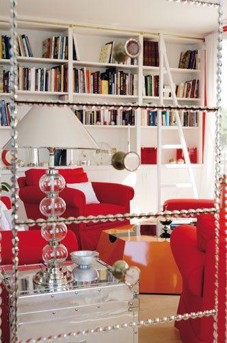 <p>El salón se refleja en un precioso espejo adquirido, al igual que las lámparas, en Maison de Famille, en París. </p>