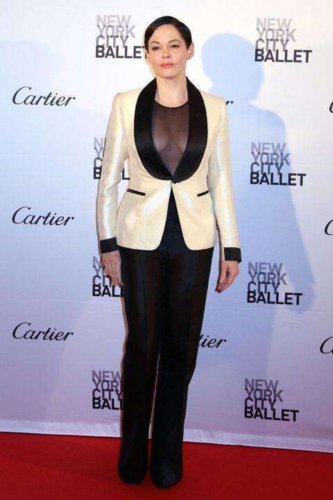 <p><strong>Rose McGowan</strong> también asistió a esta gala y aunque podría haber pasado desapercibida con su tuxedo en blanco y negro, las transparencias se lo impiden. &nbsp;&nbsp;</p>