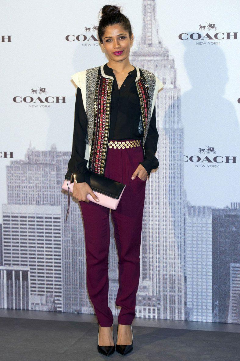 <p>La actriz india <strong>Freida Pinto a</strong>cudió a la cita de Coach luciendo un bolso de mano de inspiración 'vintage' bicolor y unos salones con punta rectangular, los 'Samie heel'. El resto de prendas, también con un aire 'boho'.</p>