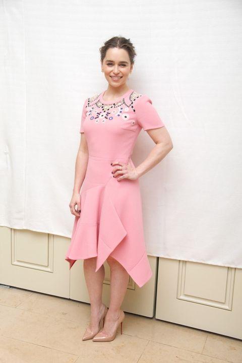 <p>Para estas ocasiones nos encantan los looks con un toque dulce como este de<strong> Emilia Clarke</strong>&nbsp;en rosa bebé con un diseño de <strong>Peter Pilotto</strong>.</p>