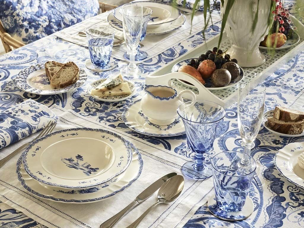 <p>En la mesa, los estampados y colores recuerdan a la cerámica portuguesa.</p>