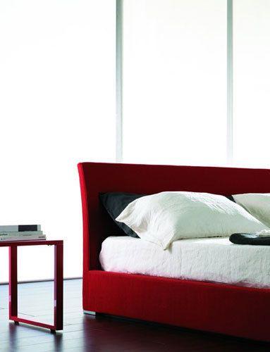 <p> Diseñada por Patricia Urquiola para Molteni, la <strong>mesa Clip</strong> es original y divertida no sólo por su forma y color, sino por su <strong>utilidad y ligereza</strong>, desde 690 €.</p>