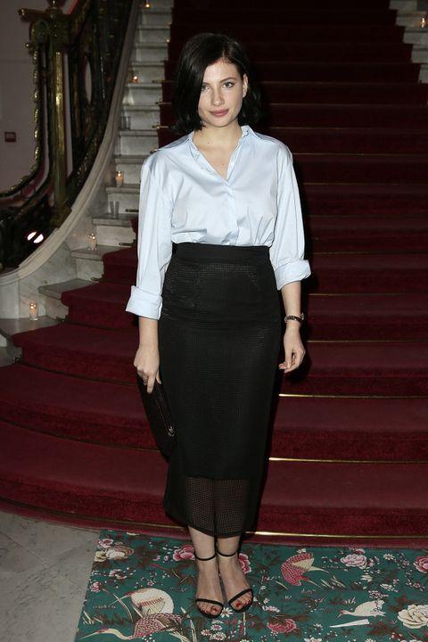 <p>Su compañera de reparto en 'Velvet', <strong>Miriam Giovanelli</strong>, muy sencilla y elegante con una camisa azul, falda lápiz negra y accesorios a juego.&nbsp;</p>