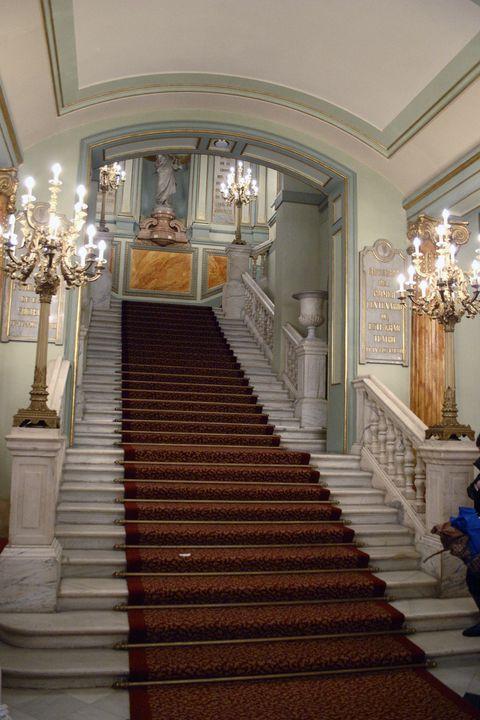 <p>El Gran Teatro del Liceo está situado en la icónica Rambla de Barcelona y se considera uno de los teatros más importantes del mundo. De estilo modernista, puede ser visitado fuera de las horas de representación, con o sin guía. También puedes disfrutar del teatro en todo su esplendor reservando entradas para alguna de sus óperas, conciertos o ballets.&nbsp;</p>