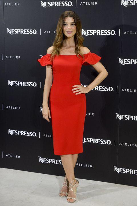 <p><strong>Juana Acosta</strong> se apunta al escote de moda, el Bardot, con este vestido rojo combinado con sandalias de piel de serpiente.</p>
