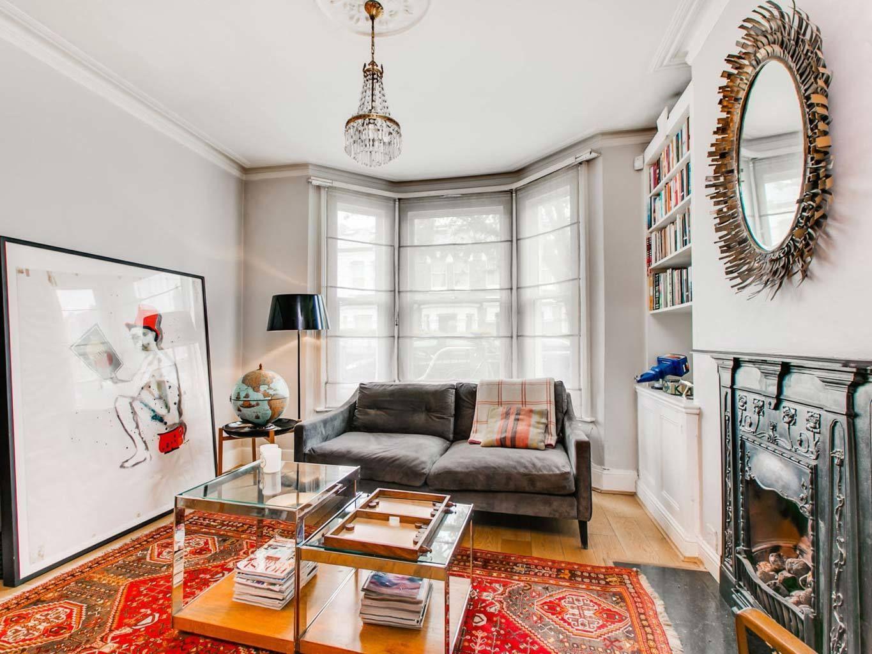 <p>Un ambiente que mezcla estilos, clásico y moderno fusionados en un solo espacio. Un adecoración curiosa con piezas clave como el cuadro de grandes dimensiones apoyado en la pared.</p>