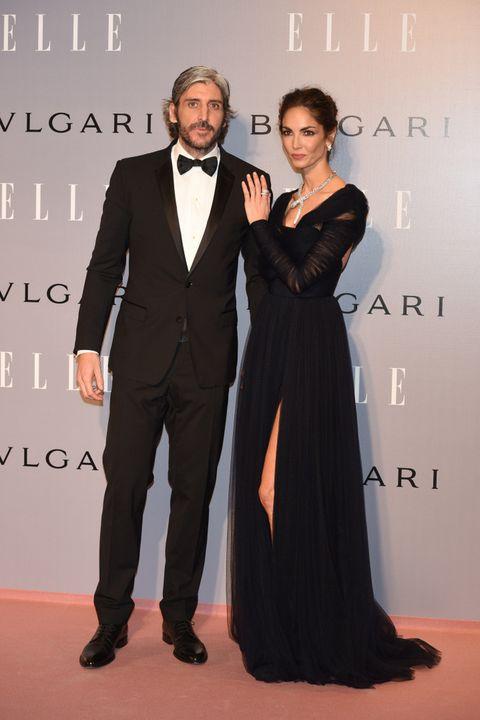 <p><strong>Alfonso de Borbón</strong> no quiso dejar sola a su pareja en una noche tan especial. Para la ocasión eligió un esmoquin de<strong> Dolce &amp; Gabbana</strong>.</p>