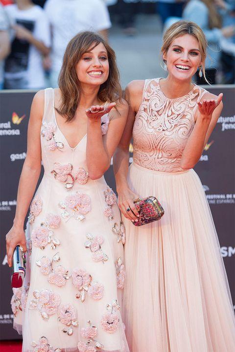 <p>Las actrices <strong>Michelle Jenner</strong> y <strong>Amaia Salamanca</strong> posaron juntas así de sonrientes, regalaron besos a todo el mundo.</p>