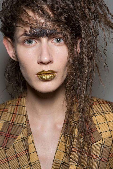 <p>Algunas modelos de&nbsp;<strong>Vivienne Westwood</strong> lucieron alocados peinados llenos de trenzas y ondulaciones y labios glitter.</p>