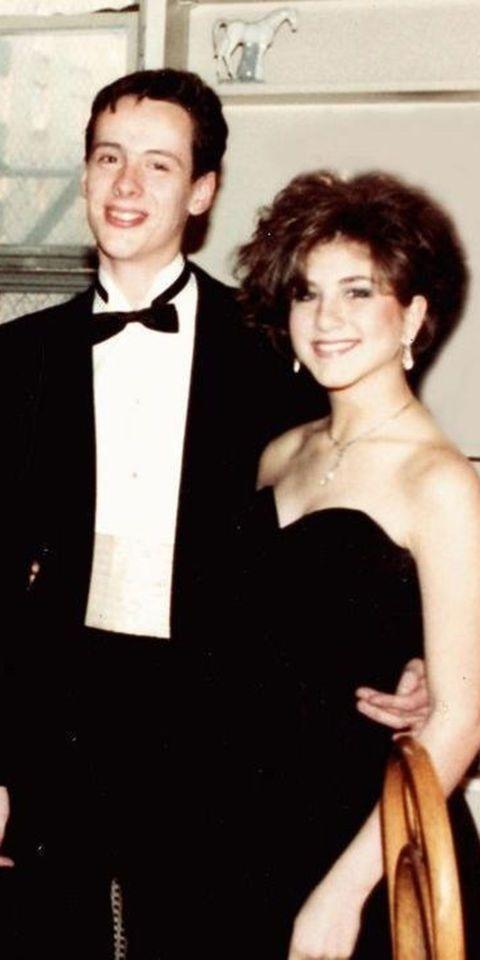 <p>Morena y con un vestido negro de escote corazón. Esta imagen de<strong> Jennifer Aniston</strong> en su graduación nos encanta.</p>