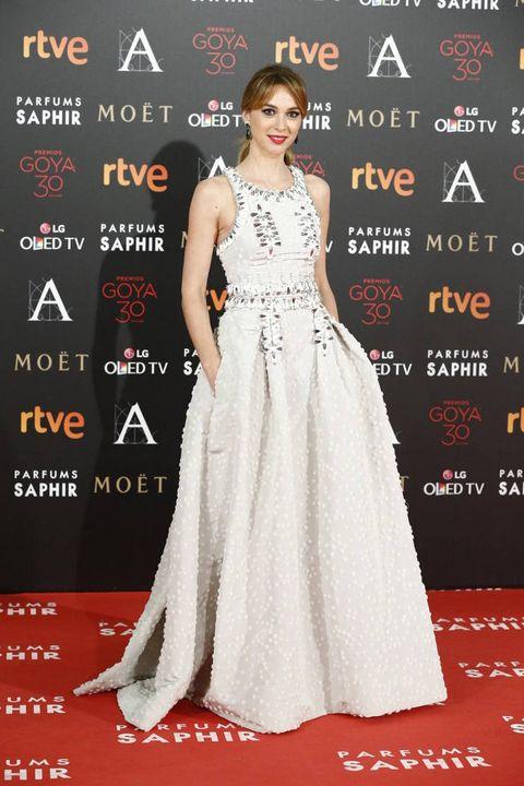 <p>La actriz&nbsp;<strong>Marta Hazas </strong>eligió un original vestido blanco con detalles joya firmado por&nbsp;<strong>Carolina Herrera NY&nbsp;</strong>y combinado con zapatos de&nbsp;<strong>Lodi.&nbsp;</strong></p>