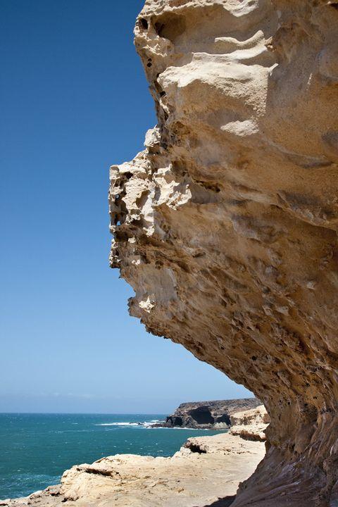 <p>La isla canaria de Fuerteventura alberga este espacio natural formado por las rocas más antiguas de las Canarias. En la localidad de Ajuí existe una zona de acantilados que también forman grandes cuevas. Un gran espectáculo natural que merece la pena disfrutar a la caída del sol.</p>