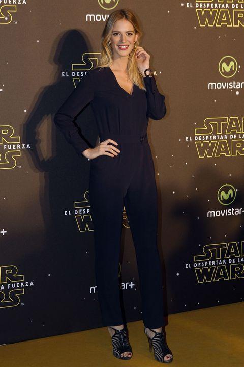 <p>La modelo <strong>Teresa Baca</strong> eligió un mono azul noche muy favorecedor combinado con sandalias jaula en el mismo color.</p>