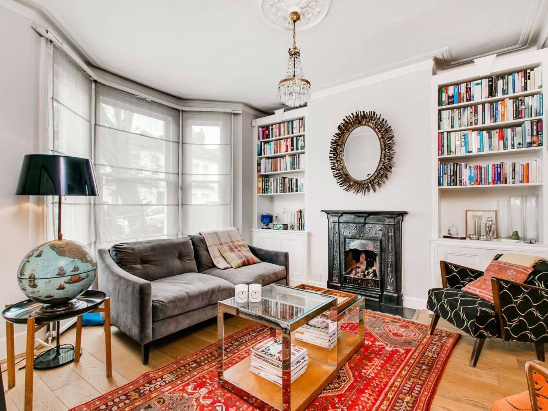 <p>Salón con paredes blancas y una decoración colorida.</p>