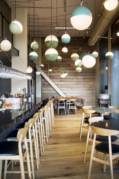 <p>Suflé de patata con yema líquida, <i>sashimi</i> de vieira con verduras crujientes y vinagre de cítricos, <i>tataki</i> de atún rojo o jarrete de cerdo ibérico glaseado son algunas de las tentaciones a las que no podrás resistirte en esta brasserie de la ciudad del Turia, decorada con el acierto de siempre por la interiorista <strong>Sandra Tarruella</strong>.</p><p>(Plaza de América, 4, Valencia, tel. 963 74 93 40. <strong>Precio</strong> <strong>medio</strong>: 35 €).</p>