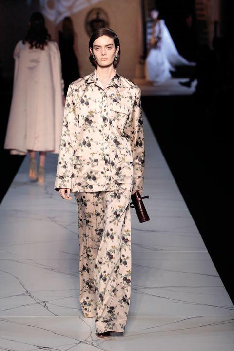 <p>Pantalón con pata de elefante y camisa abotonada de inspiración pijama. Fichamos: el fino estampado floreado.</p>