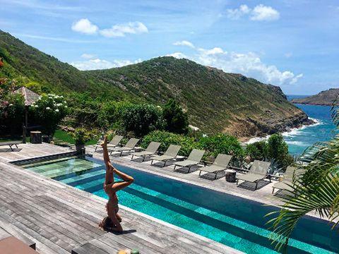 <p>Lo mismo que&nbsp;<strong>Izabel Goulart</strong> que hace sus ejercicios de yoga con estas impresionantes vistas de Ibiza. ¡Así cualquiera!</p>