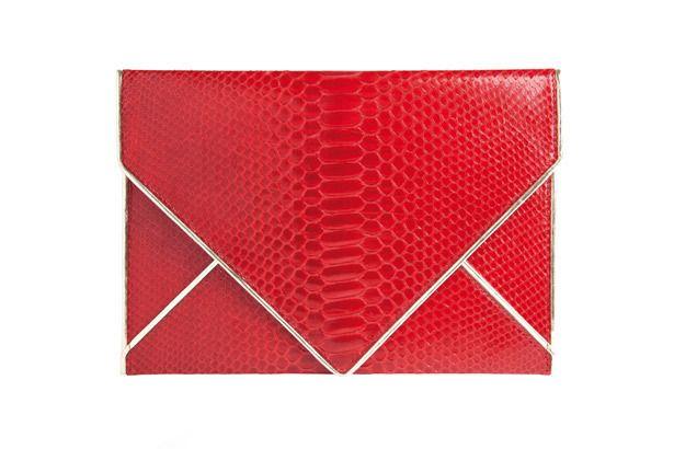 <p>En cocodrilo rojo, ponte esta preciosa cartera en forma de sobre de <strong>Azzaro</strong> y arrasa. ¡Seguro que serás el centro de muchas miradas!</p>