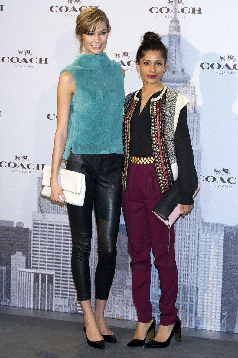 <p>La modelo<strong> Karlie Kloss, </strong>actual imagen de la firma,y la actriz <strong>Freida Pinto,</strong> posaron juntas delante del photocall, al mismo tiempo que lucían con su mejor sonrisa prendas y accesorios de la firma neoyorkina. </p>