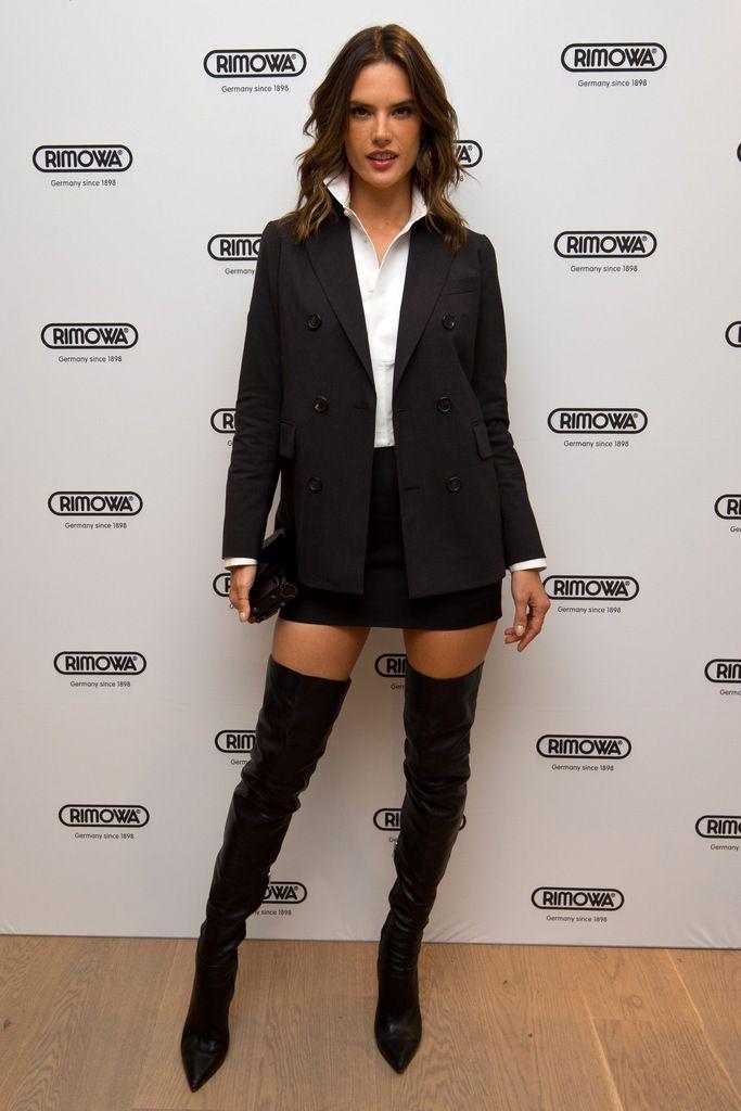 <p>En blanco y negro también vimos a <strong>Alessandra Ambrosio</strong> con camisa, blazer, falda mini y botas mosqueteras.</p>