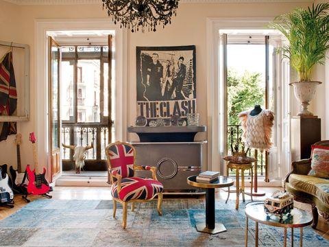 <p> Un aire british en el salón: las guitarras son de Bea; la butaca con la bandera inglesa, la lámpara <br />de techo y la corona vienen de tiendas del barrio londinense de Angel. El mueble-bar es de L.A. Studio, y la chaqueta de plumas, de Sister Jane. En el balcón, cabeza de buey customizada.</p>