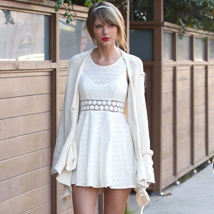Con que zapatos se combina un vestido blanco