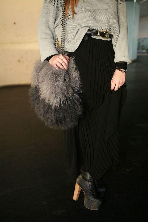 <p>Detalle del bolso de pelo en dos tonos. En los pies, el modelo Lita de Jeffrey Campbell.</p>