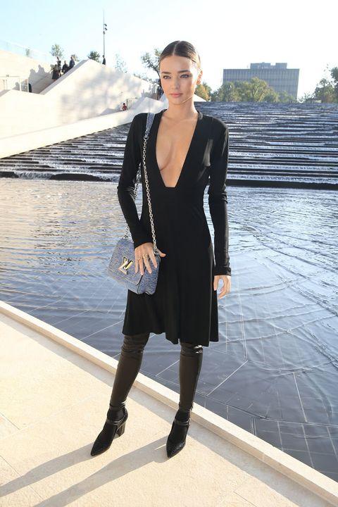 """<p>Así apareció <strong>Miranda Kerr</strong> para sentarse en el 'front row' de<a href=""""http://es.louisvuitton.com/esp-es/homepage/?campaign=sem_bran_brot"""" target=""""_blank""""><strong> Louis Vuitton</strong></a> el pasado mes de octubre en París. Con un escote de vértigo y accesorios de la firma, la sensualidad de la top y su saber estar volvieron a demostrar que a Miranda no le falta ni un ápice de estilo. ¿Nos adentramos en la 'wishlist' que nos inspira?</p>"""