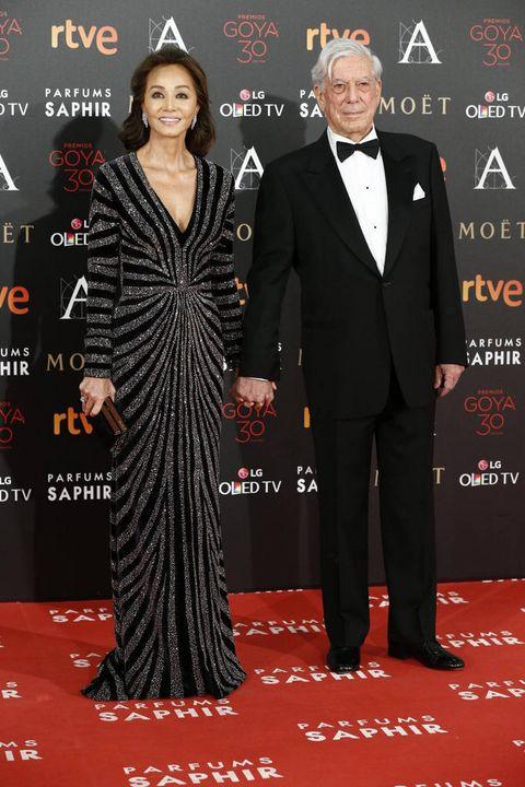 <p>La pareja del año optó por un clasicismo elegante. Ella con un impresionante vestido de Naeem Khan, joyas de Rabat, y 'clutch' de Jimmy Choo. El premio Nobel vistió un perfecto esmoquin de corte clásico.</p>