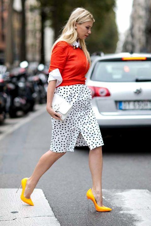 <p>De los looks de Street Style aprendimos que la camisa blanca es la prenda más reinventada de todos los tiempos. Pero si hay una forma clásica que funciona en cualquier país o estación es esta: el <i>working look</i> con un jersey por encima, mangas remangadas y abotonada hasta el cuello.</p>