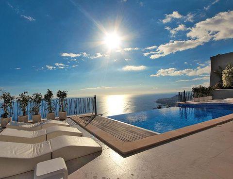 Sun, Resort, Swimming pool, Sunlight, Resort town, Lens flare, Sunlounger, Astronomical object, Tropics, Seaside resort,