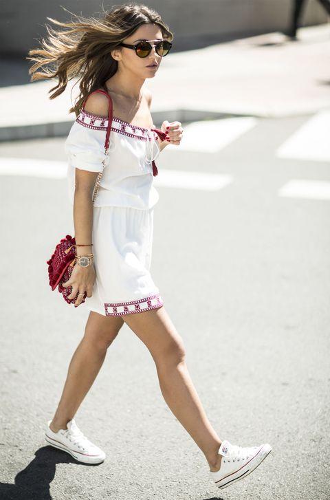 vestidos con converse blancas
